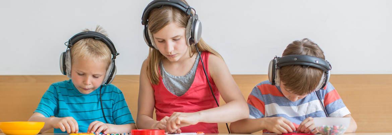 Die Kinder beschäftigen sich bei der Systemischen Hörtherapie mit ihren Hausaufgaben.